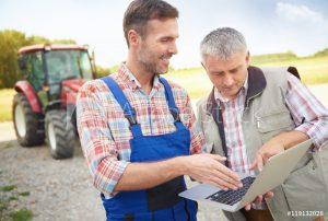 Kaksi maatalousalan ammattilaista tutkivat leasing rahoituksia